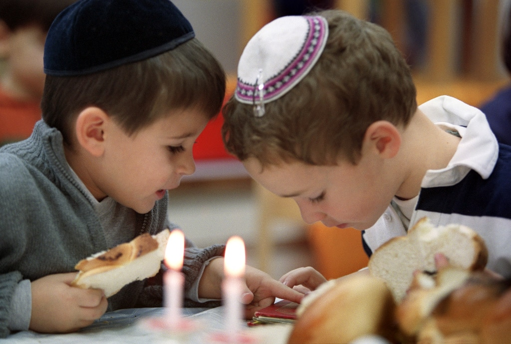 Jews are only a small minority in the Swiss population, most of them living in cities like Geneva and Zurich where there are also some Jewish schools. (Keystone)