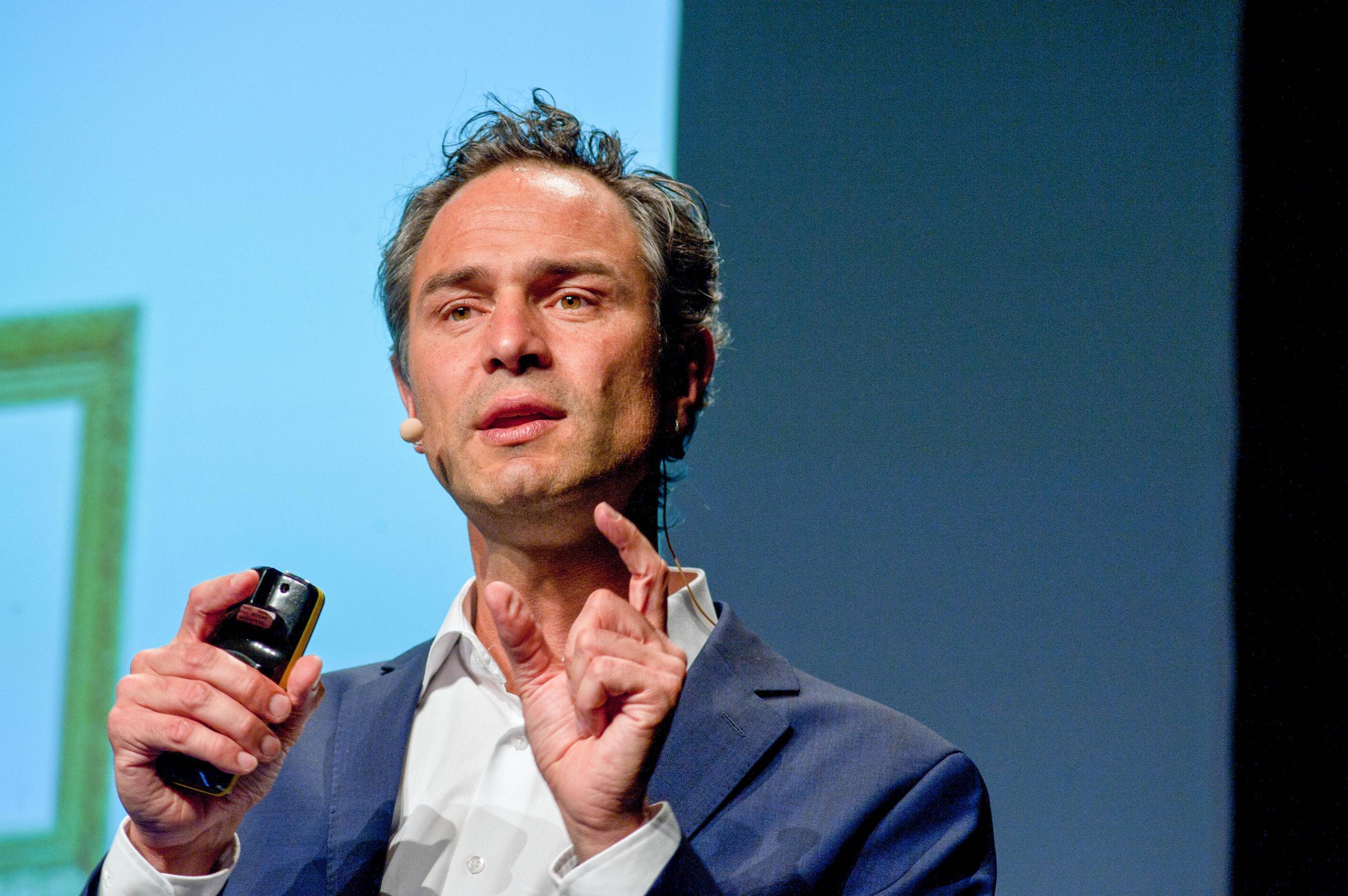 Daniele Ganser hält einen Vortrag