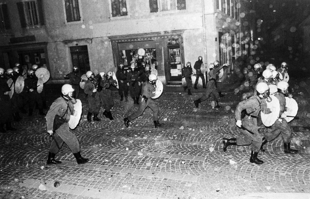 Szene wie aus einem Bürgerkrieg: Grenadiere der Berner Kantonspolizei gehen 1977 in Moutier gegen Separatisten vor.