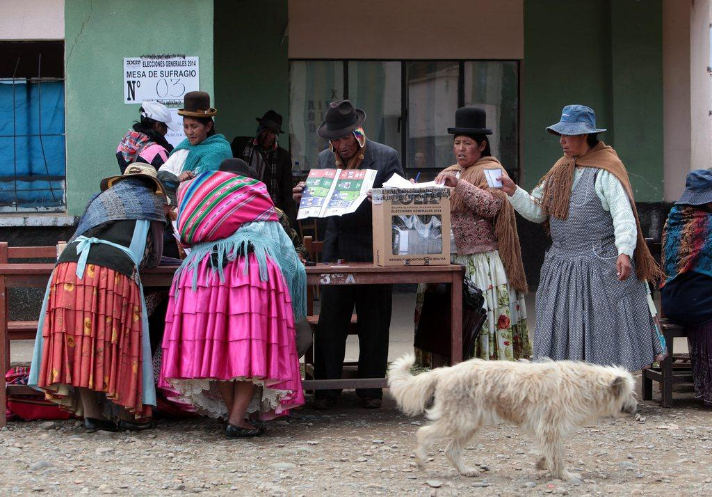 Indigenous cast their vote in bolivia