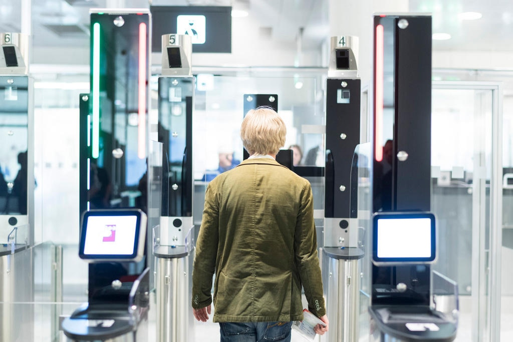 Biometric face-scanning online at Zurich airport - SWI