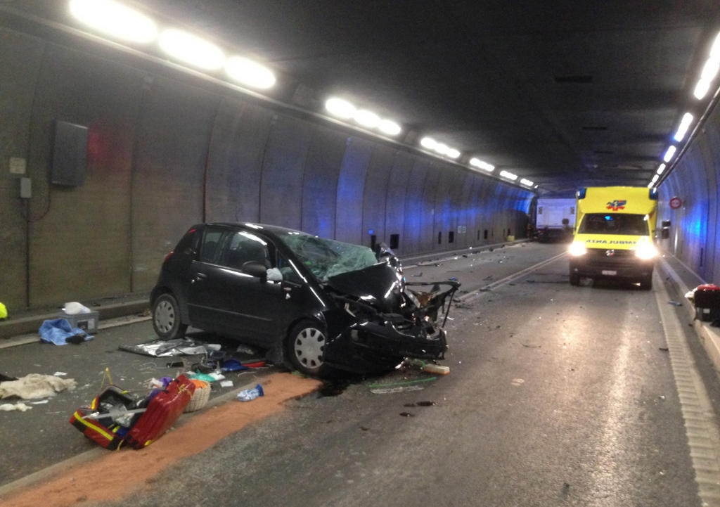 Fatal accident temporarily closes Gotthard road tunnel - SWI