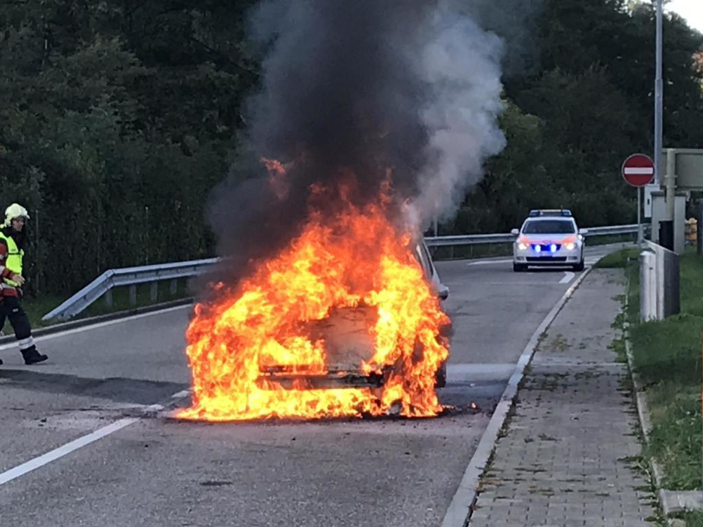 Personenwagen bei Brand auf Autobahn-Rastplatz komplett zerstört - SWI swissinfo.ch