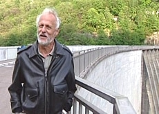 Leonhard Gmür stands on his great find, the Verzasca Dam (SFDRS)