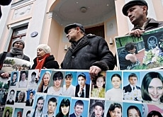 Relatives of the Skyguide crash victims demonstrated outside the Swiss embassy in Moscow at the start of the trial