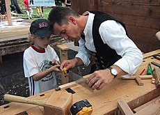 A fair organised by Werkzeitraum introduces children to old crafts ...