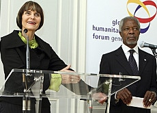 Micheline Calmy-Rey and Kofi Annan presenting the Global Humanitarian Forum in Geneva