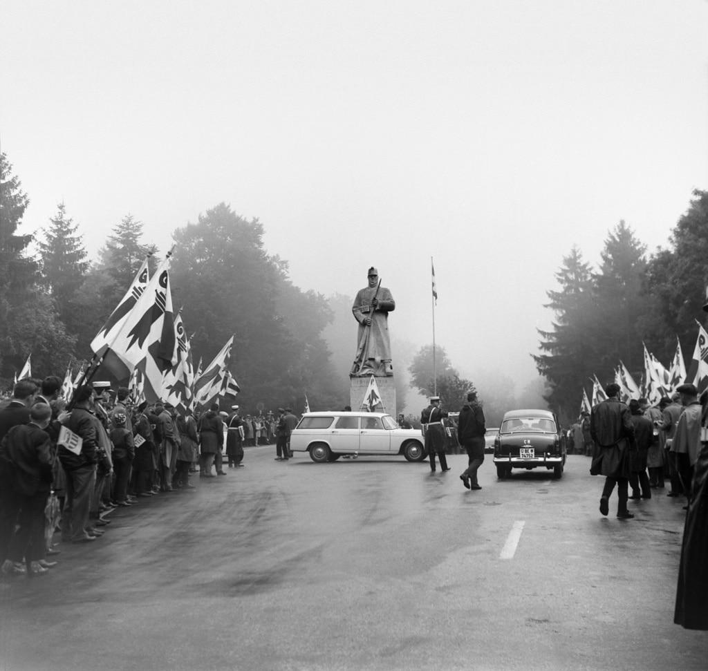 """1964年,分裂主义者们搅扰了在朗日耶(Rangiers)举行的1914年全民集结纪念活动,这一切就发生在无名战士像脚下。这座雕像因外形酷似普鲁士人,而被称为""""弗里茨""""(Le Fritz)。(Keystone)"""
