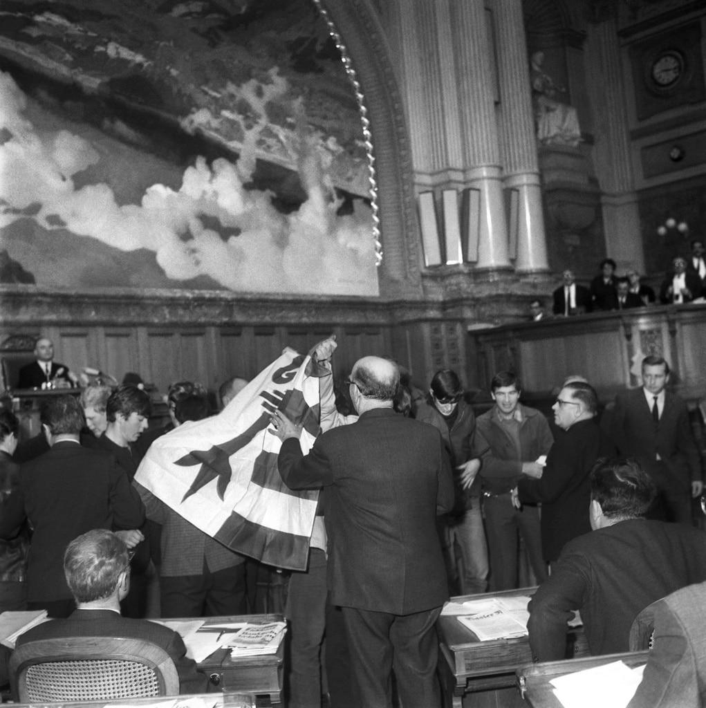 1968年12月11日在联邦议会大厦举行议会两院会议时,一群激进分子冲入大厦搅乱会议秩序。(Keystone)
