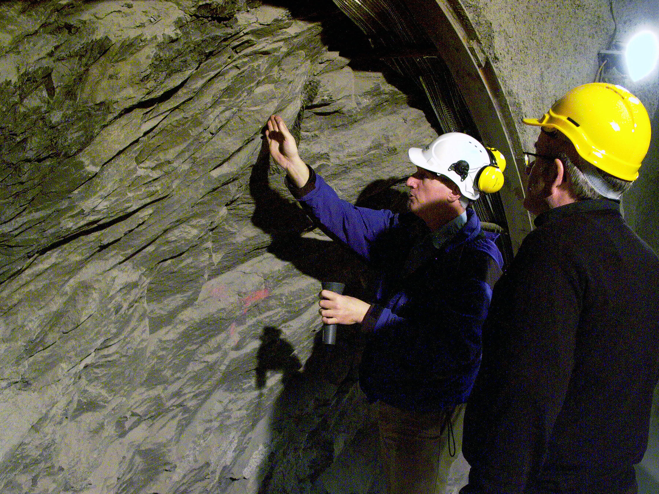Researchers take a close look at an opaline layer, a key component of the Jura fold mountains.