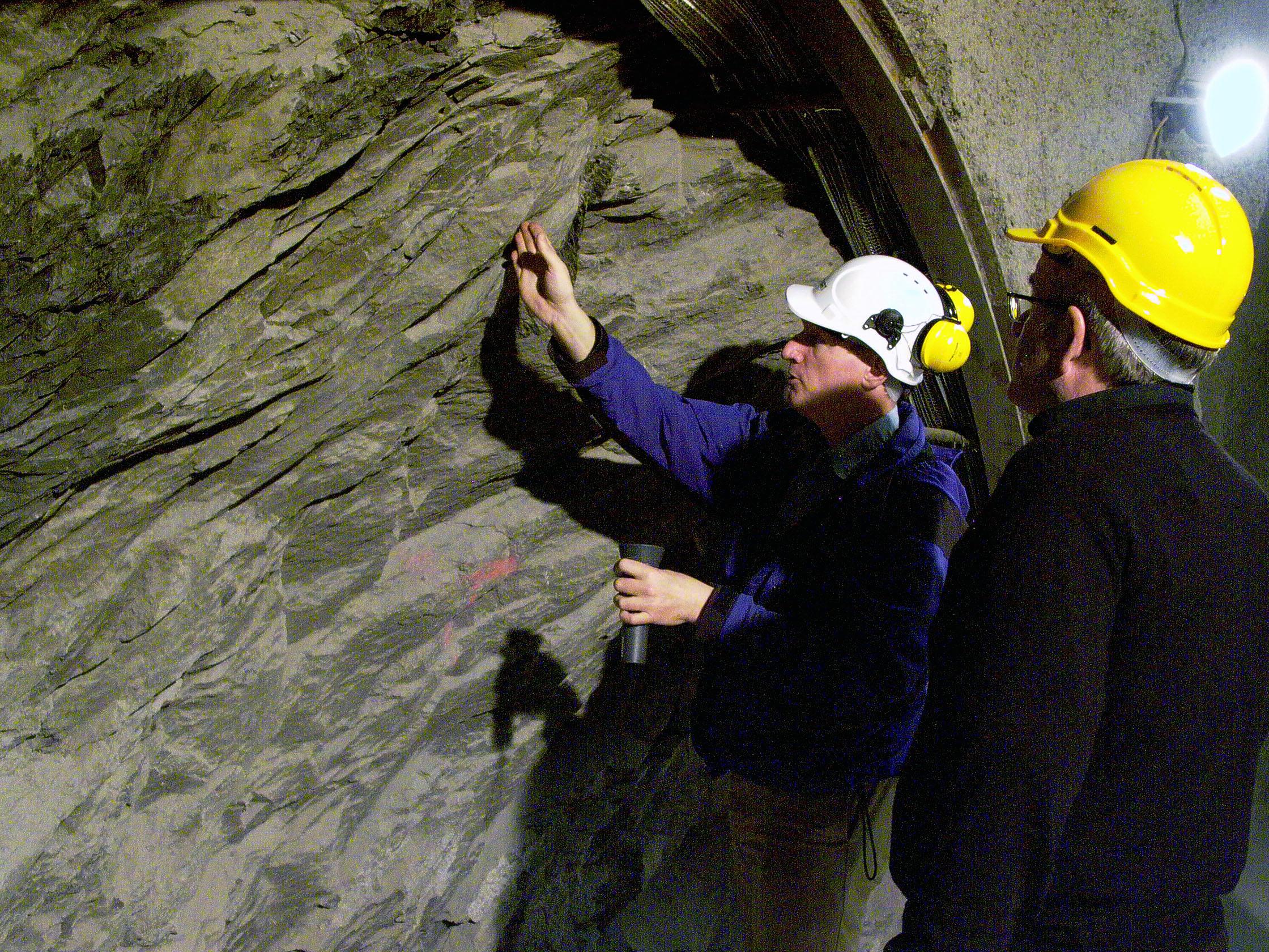 بعض الباحثين يتأمّـلون قِـطعة من حجر الأوبالين (Opaline)، الذي يُـعتبر مكوِّنا رئيسيا للأنفاق الجبلية في كانتون جورا