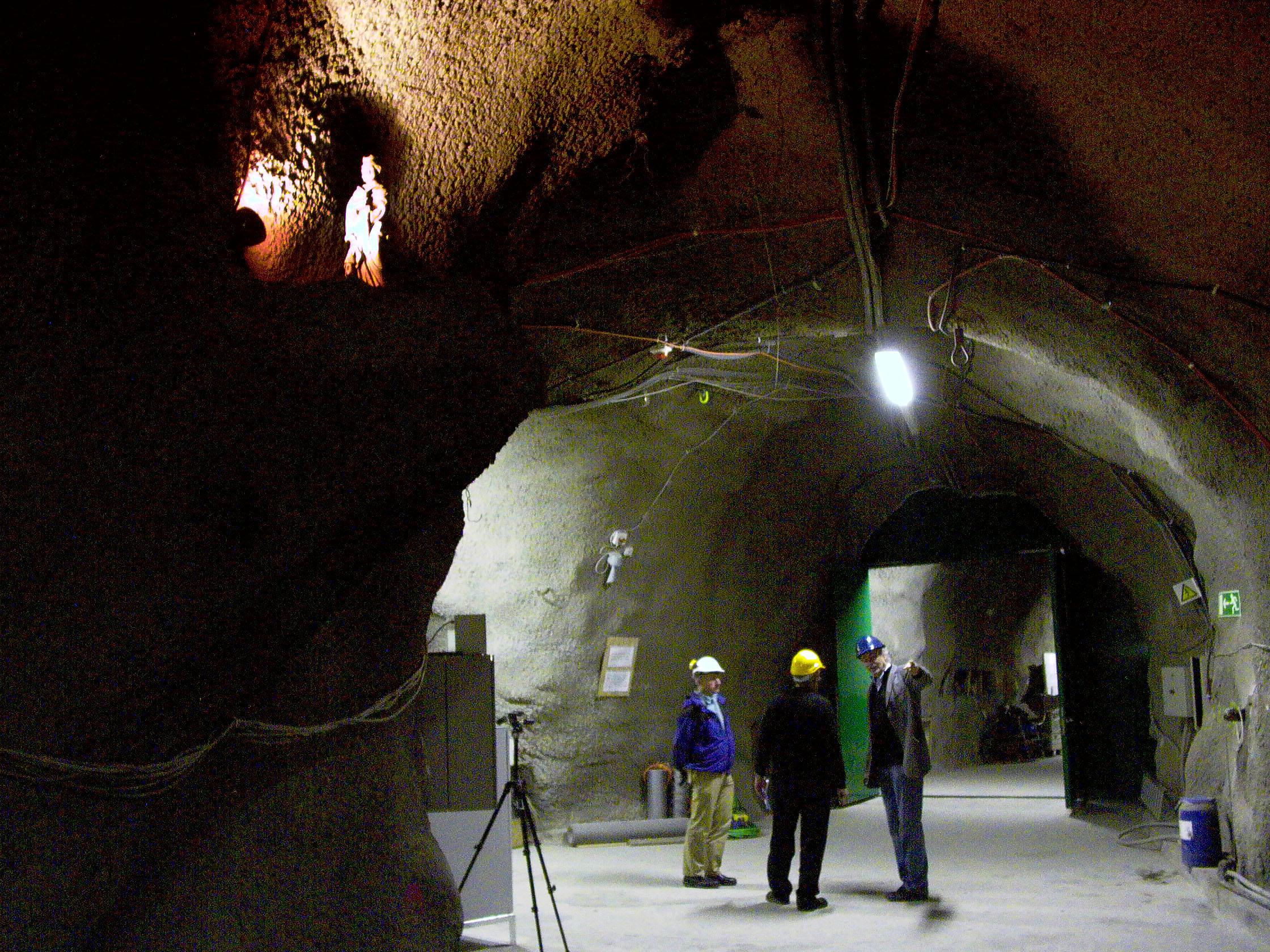 تـُستحدم في المشروع الكثير من تقنيات الحفر والقطع المتقدِّمة، لكن المعتقدات القديمة تظل موجودة: تمثال للقديسة باربارا، الحامية للعاملين في المناجم، ترقُـبُ من فوق سير الأشغال