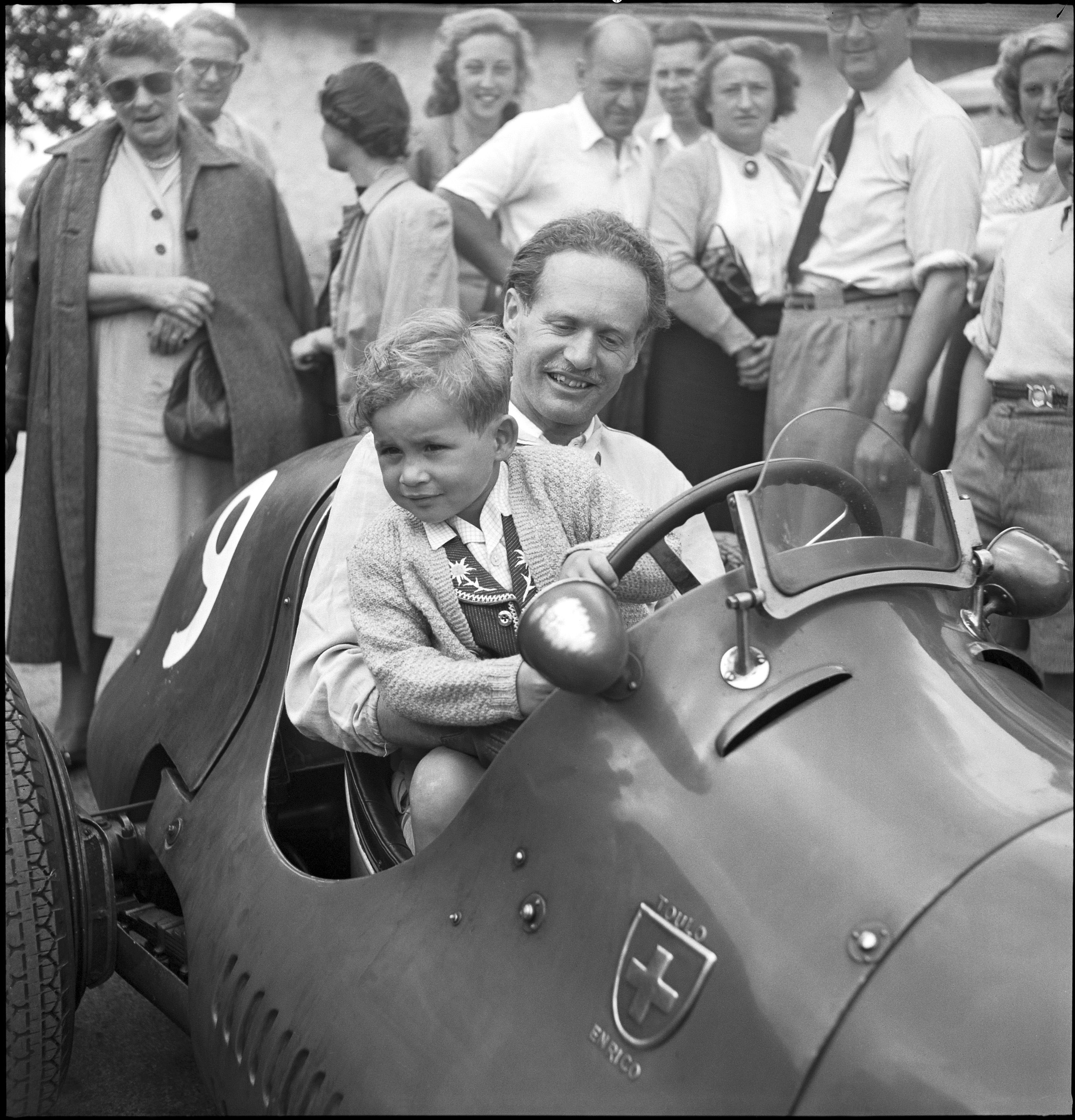 Swiss aristocrat Emmanuel Toulo de Graffenried with his son in 1950. De Graffenried took part in 22 races between 1950 and 1956, with a fourth place his best result. (RDB/ATP)
