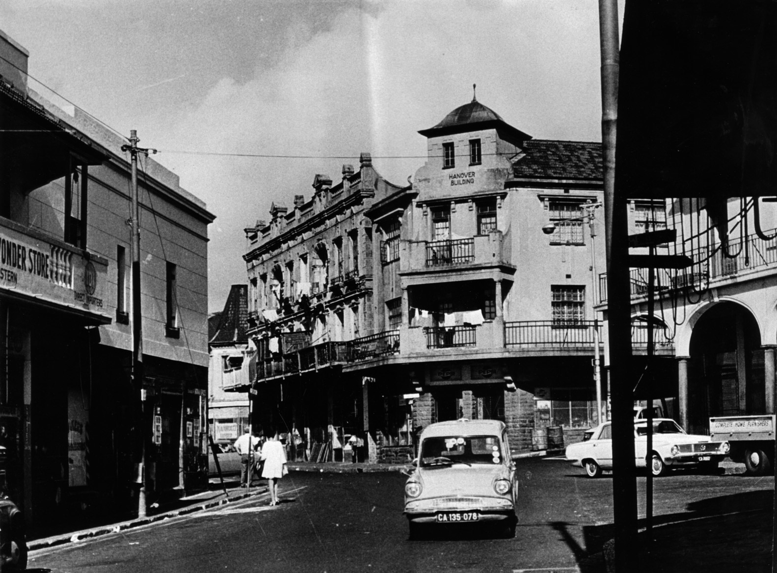 Hanover Street, District Six, années 60  Le quartier avant la destruction. De nombreux clubs de football du Cap sont nés dans le District Six et dans les quartiers environnants.  (District Six Museum Collection)