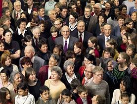اختارت الحكومة السويسرية أخذ صورتها الرسمية لعام 2008 وسط الجمهور، في تعبير عن رغبتها في التقرب أكثر من الشعب