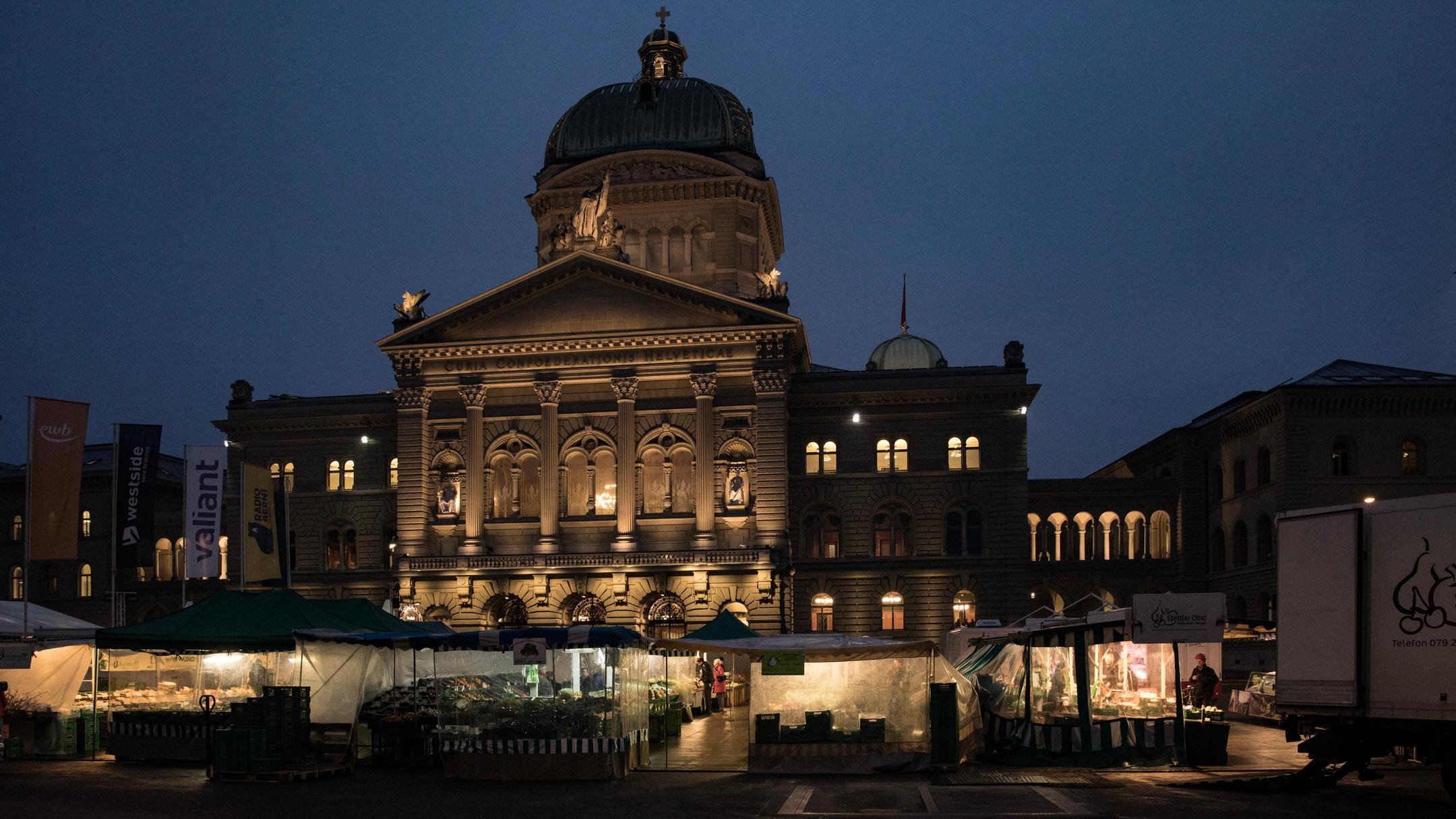 Wochenmarkt vor Bundeshaus im Morgengrauen