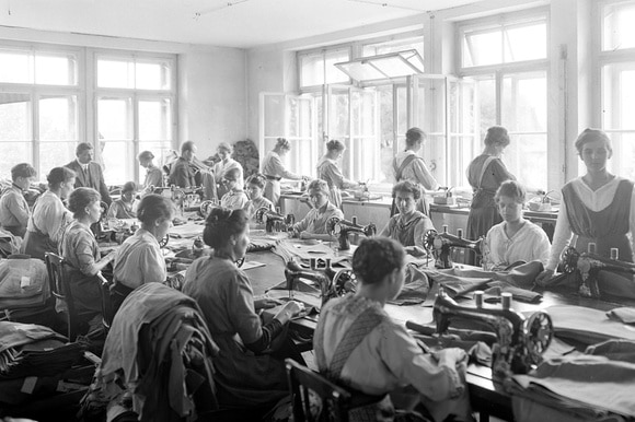 Women working in an army clothing workshop during the First World War