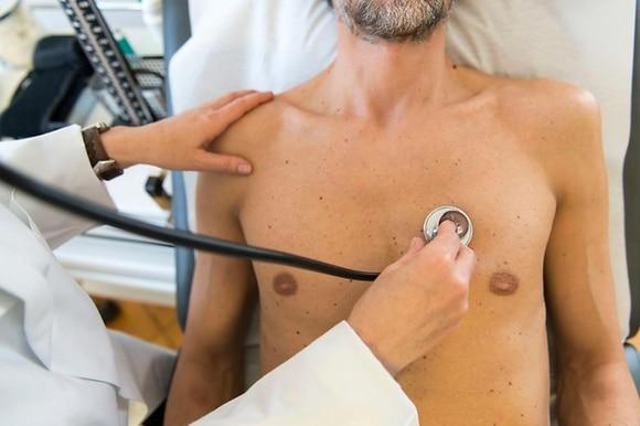 Médecin écoutant un cœur avec un stéthoscope