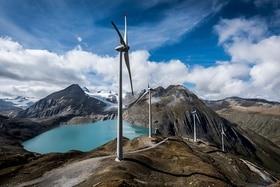 جبال وبحيرة وطاقة هوائية