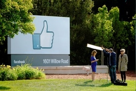 Thumbs up : the classic symbol for a Facebook like
