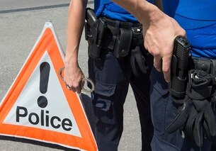 In un immagine d archivio puramente illustrative, due poliziotti si preparano ad arrestare una persona.
