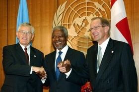 UN Secretary General Kofi Annan shakes hands of then Swiss president Kaspar Villiger and foreign minister Joseph Deiss.