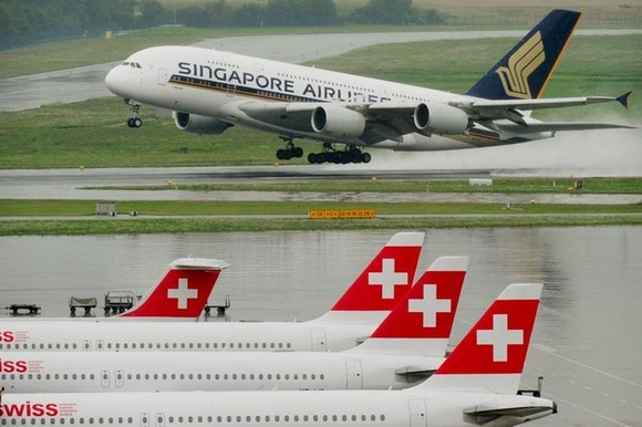 Airbus A380 der Singapore Airlines beim Start in Zürich