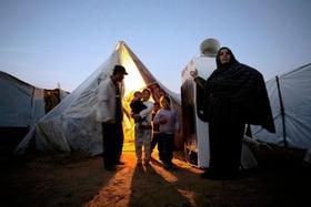 Eine Palästinenserfamilie vor einem Zelt