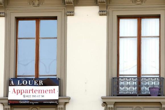 фасад дома с объявлением о сдаче квартиры