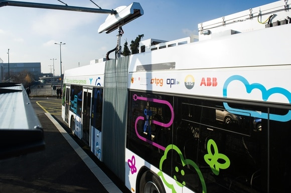 Image of a TOSA e-bus at a flash-charging station in Geneva