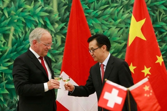 Swiss Economics Minister Johann Schneider-Ammann and Chinese Commerce Minister Gao Hucheng toast the deal in 2013.