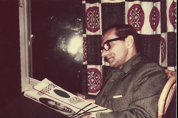 Cabral lê uma revista em casa de amigo