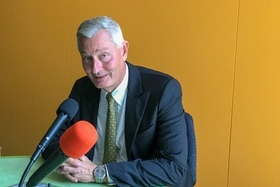 Jacques Pitteloud behind a microphone
