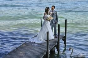 Couple de mariés sur un embarcadère