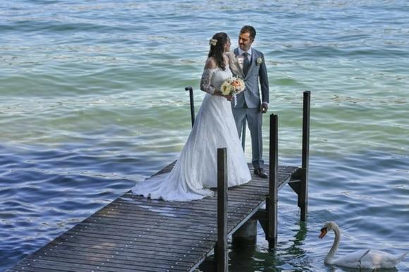 Pareja de novios en el embarcadero a orillas de un lago