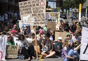 giovani che manifestano per strada