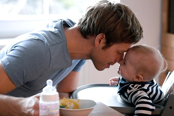 молодой отец с малышом