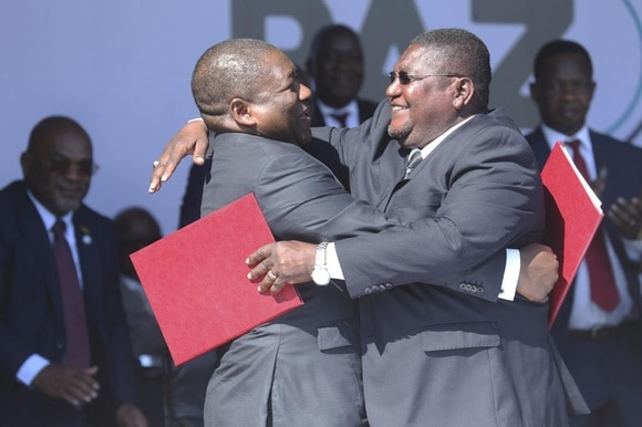 Mozambique s leaders hug