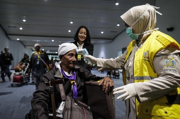 The coronavirus has spread to some Asian countries, here is a check of an old man at Jakarta airport, Indonesia