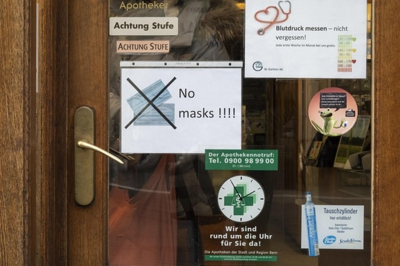 Note on a Bern pharmacy door