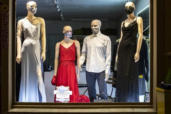 Mannequins in Zug wearing face masks