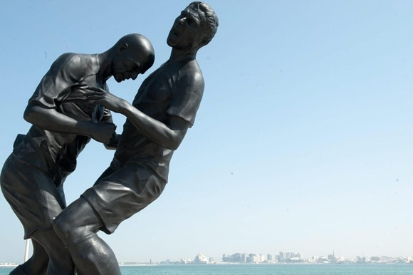 statue of two footballers