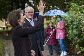 瑞士联邦总统 西蒙奈特·索马鲁嘎在招手