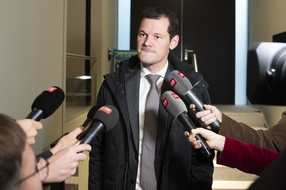Pierre Maudet surrounded by journalists