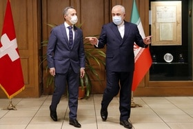 Iranian Foreign Minister Mohammad Javad Zarif (r) welcomes his Swiss counterpart Ignazio Cassis (l)