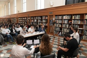 Junge Leute in Bibliothek