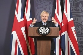 Boris Johnson su un pulpito.