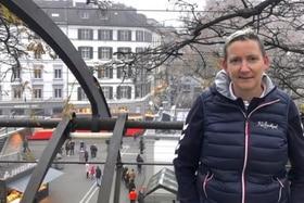 Persona in piedi su ponte