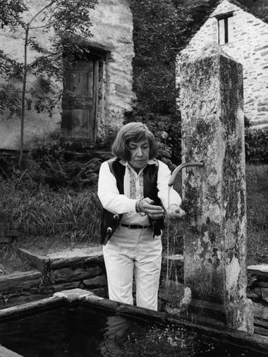 Highsmith vicina a una fontana.