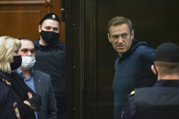 Navalny and other people outside courtroom